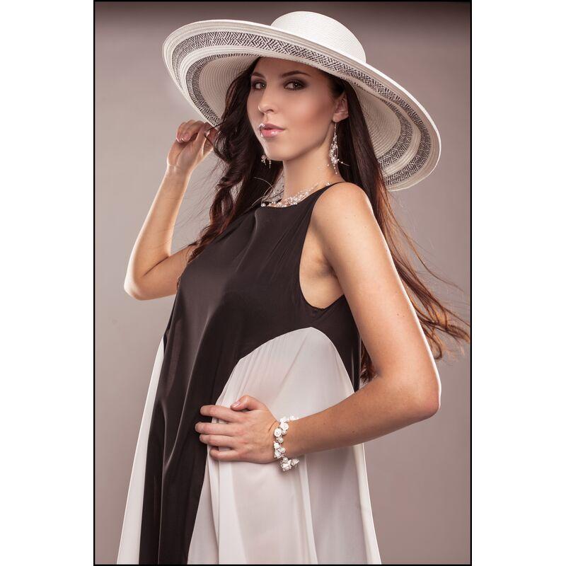 Шляпа с очень большими полями белая с чернымфото