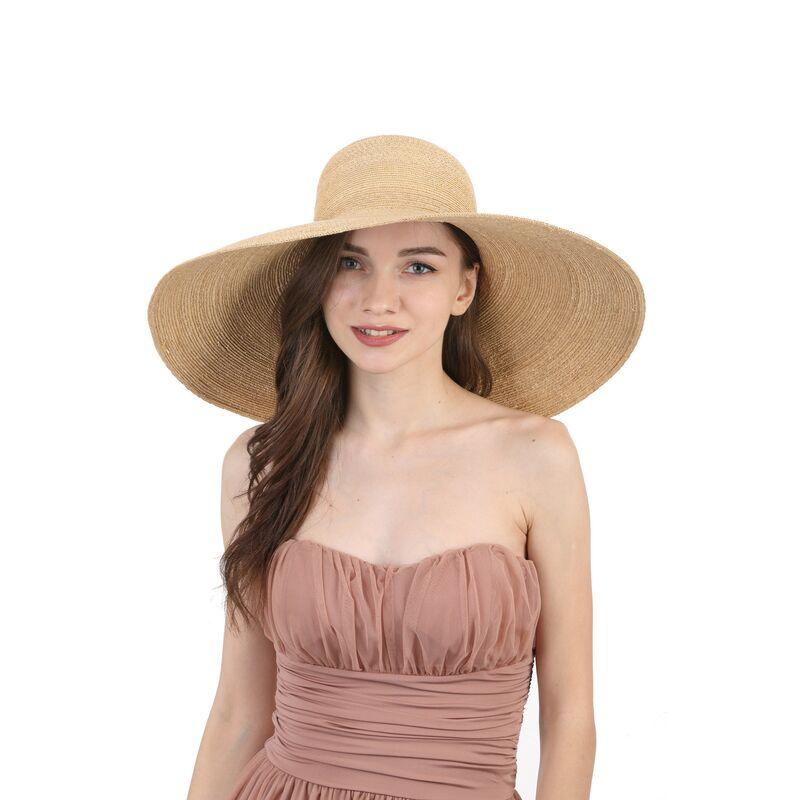 Соломенная шляпа с большими полямиизображение