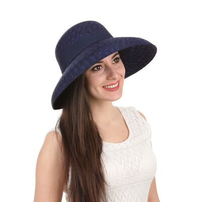 Шляпа из соломы с опущенными полями