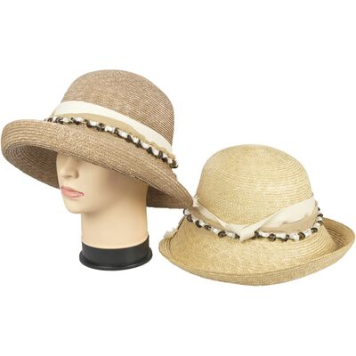 Соломенная шляпа с оригинальным украшением